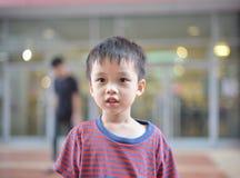 Porträt des netten asiatischen Kinderlächelns lokalisiert stockfoto