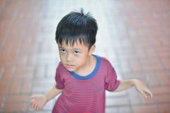 Porträt des netten asiatischen Kinderlächelns lokalisiert stockbild
