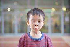 Porträt des netten asiatischen Kinderlächelns lokalisiert lizenzfreies stockbild