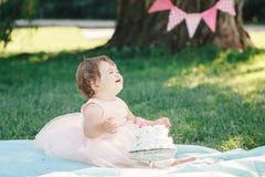 Porträt des netten entzückenden kaukasischen Babys mit dunkelbraunen Augen im rosa Ballettröckchenkleid ihren ersten Geburtstag f Stockfoto