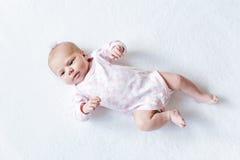 Porträt des netten entzückenden neugeborenen Babykindes Lizenzfreie Stockfotos