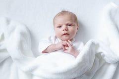 Porträt des netten entzückenden neugeborenen Babykindes Stockbild