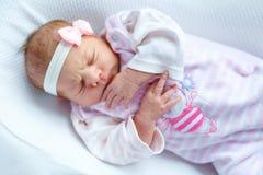 Porträt des netten entzückenden neugeborenen Babyschlafens Stockfoto