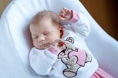 Porträt des netten entzückenden neugeborenen Babyschlafens Stockfotos