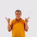 Porträt des netten gutaussehenden Mannes gestikulierend mit seinen Händen Stockbild