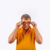 Porträt des netten gutaussehenden Mannes gestikulierend mit seinen Händen Lizenzfreie Stockfotos