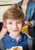 Porträt des netten Jungen am Kino Stockfoto