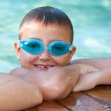 Porträt des netten Jungen mit Schwimmenschutzbrillen. Stockfotografie