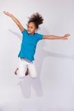 Porträt des jungem Afroamerikanermädchenspringens Stockfotografie