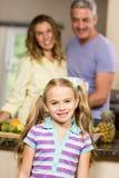 Porträt des netten Kindes in der Küche lizenzfreies stockbild