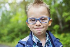 Porträt des netten Kindes des kleinen Jungen draußen auf Lizenzfreies Stockfoto