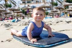 Porträt des netten kleinen Babys in der Schwimmenklage auf Strand im Sommer Stockbilder