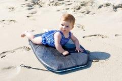 Porträt des netten kleinen Babys in der Schwimmenklage auf Strand im Sommer Stockbild