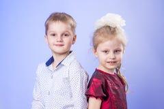 Porträt des netten kleinen Jungen und des Mädchens Lizenzfreie Stockfotografie