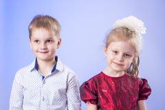 Porträt des netten kleinen Jungen und des Mädchens Lizenzfreie Stockfotos