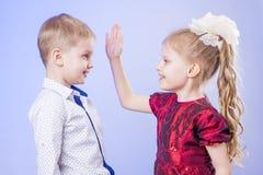 Porträt des netten kleinen Jungen und des Mädchens, die Spaß hat Lizenzfreie Stockbilder