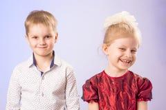 Porträt des netten kleinen Jungen und des Mädchens, die Spaß hat Lizenzfreies Stockbild