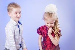 Porträt des netten kleinen Jungen und des Mädchens, die Spaß hat Stockbilder