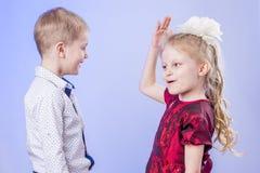 Porträt des netten kleinen Jungen und des Mädchens, die Spaß hat Lizenzfreie Stockfotos