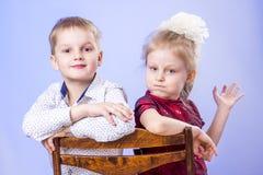 Porträt des netten kleinen Jungen und des Mädchens, die Spaß hat Lizenzfreies Stockfoto