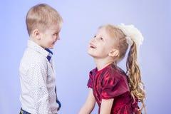 Porträt des netten kleinen Jungen und des Mädchens, die Spaß hat Stockfoto