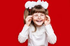 Porträt des netten kleinen Mädchens in den sehr großen Gläsern und Weiß beugt Konzept des Sehvermögens oder des Unterrichtens lizenzfreie stockbilder