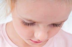 Porträt des netten kleinen Mädchens mit den langen Wimpern Stockfotos
