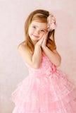 Porträt des netten lächelnden kleinen Mädchens Stockbilder