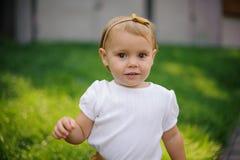 Porträt des netten Lächelns wenig blond und braunäugiges Mädchen Lizenzfreies Stockbild