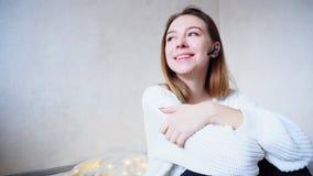 Porträt des netten Mädchens das durch bluetooth Kopfhörer mit Lächeln c stockfotografie