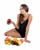 Porträt des netten Mädchens der dünnen Eignung im Studio mit Satz Obst und Gemüse über weißem Hintergrund Gesunde Ernährung, Diät Stockbild