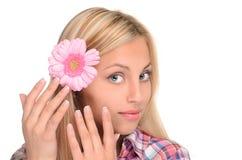 Porträt des netten Mädchens mit Blume lizenzfreie stockfotos