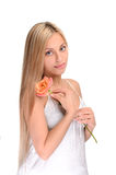 Porträt des netten Mädchens mit Blume lizenzfreie stockfotografie