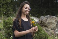 Porträt des netten Mädchens mit Blumen Stockfotografie
