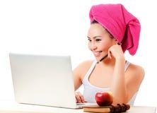 Porträt des netten Mädchens mit Laptop Stockfotos
