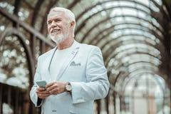 Porträt des netten Mannes, dass, Lächeln auf Gesicht halten lizenzfreie stockbilder