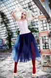 Porträt des netten merkwürdigen ungewöhnlichen Mädchens Attraktive sonderbare Frau, die buntes Korsett, Strumpfhosen und Ballettr stockfoto