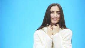 Porträt des netten Morgenmädchens Schönes nettes jugendlich Mädchen, das Kamera über blauem Hintergrund betrachtet Junge Frauen-A stock footage