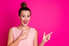 Porträt des netten süßen reizenden jugendlich Jugendlichen beeindruckte Anzeigen zu raten folgen unglaublichem Feedbackschrei-Ruf lizenzfreie stockfotos