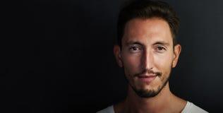 Porträt des netten tragenden weißen T-Shirts des jungen Mannes Lizenzfreie Stockfotografie