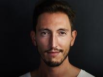 Porträt des netten tragenden weißen T-Shirts des jungen Mannes Stockfotografie