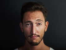 Porträt des netten tragenden weißen T-Shirts des jungen Mannes Stockbild