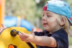 Netter blonder Junge auf Spielplatz Stockfoto