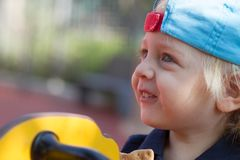 Netter blonder Junge auf Spielplatz Lizenzfreie Stockbilder