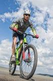 Porträt des niedrigen Winkels des mountian Radfahrers lizenzfreie stockfotos