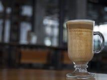 Porträt des niedrigen Winkels eines Glases Latte Lizenzfreie Stockfotografie