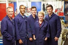 Porträt des Personals stehend in der Technik-Fabrik Lizenzfreie Stockbilder