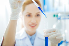 Porträt des positiven Wissenschaftlers dieses tuende chemische Experiment Lizenzfreie Stockfotos
