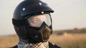 Porträt des Radfahrers im Sturzhelm auf dem modernen motobike 4K stock video footage