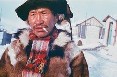 Porträt des rauchenden Mannes von Eingeborenen Chukchi Lizenzfreie Stockfotos